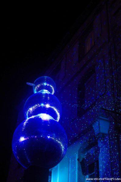 Des bonhommes de neige scintillent dans la nuit
